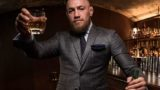 Conor McGregor avec son whisky